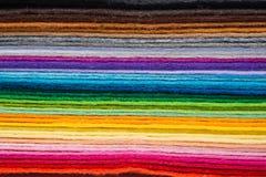 毛毡织品覆盖以在堆堆的各种各样的颜色 库存图片