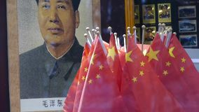 毛泽东&瓷全国旗子画象在商店陈列室 股票录像