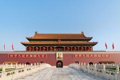 毛泽东` s画象垂悬在北京天安门门在F 免版税库存图片