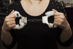毛皮在女性手上扣上手铐,性玩具 免版税库存照片