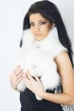 毛皮女孩佩带的白色 图库摄影