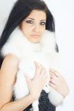 毛皮女孩佩带的白色 库存照片
