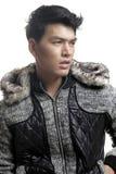 毛皮的亚裔人和毛线构造夹克 免版税库存图片