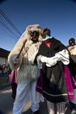 毛皮的狂欢节戴假面具的人与'Busojaras的' 'Sokac'妇女,冬天的葬礼狂欢节  库存图片
