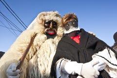 毛皮的狂欢节戴假面具的人与'Busojaras的' 'Sokac'妇女,冬天的葬礼狂欢节  免版税图库摄影
