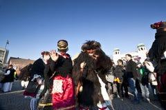 毛皮的狂欢节戴假面具的人与'Busojaras的' 'Sokac'妇女,冬天的葬礼狂欢节  图库摄影