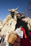 毛皮的狂欢节戴假面具的人与'Busojaras的'一个'Sokac'女孩,冬天的葬礼狂欢节  免版税库存照片