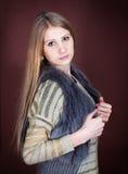 毛皮背心的美丽的金发碧眼的女人 免版税图库摄影