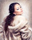 毛皮貂皮大衣的妇女 免版税库存照片