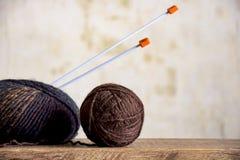 毛纱和编织针两个丝球  免版税库存照片