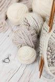 毛纱和编织针丝球从竹子 库存图片