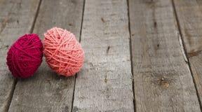 从毛纱的五颜六色的装饰的复活节彩蛋在木头 库存图片