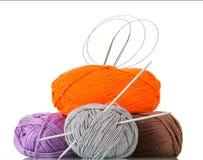 毛线一束在另外颜色和纹理的在白色隔绝的手工制造编织针的 免版税库存图片