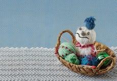 从毛线一束的雪人在篮子 免版税库存图片