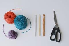 毛线三个球钩编编织物的 库存照片