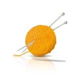 毛线丝球与编织针和钩针编织的 免版税库存照片