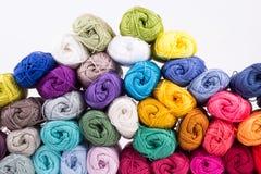 毛线五颜六色的丝球在堆的 免版税库存照片