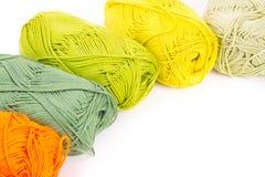 毛线五颜六色的丝球  免版税库存照片
