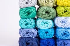 毛线五颜六色的丝球  免版税库存图片