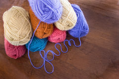 毛线八个丝球与淡紫色毛线Spellng毛线的从上面 免版税库存照片