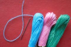 毛线和一根针树丝球  免版税图库摄影