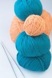 毛线和两根编织针五个球  库存照片