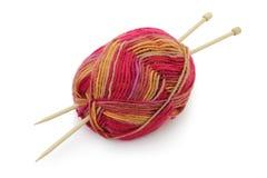 毛线和编织针球 库存图片