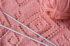 毛线和编织针被编织的元素丝球  免版税库存照片