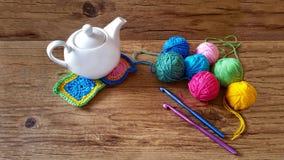毛线多彩多姿的球编织和钩针编织的 库存图片