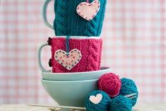 毛线明亮球在蓝色板材的和手工制造从心脏 免版税库存图片