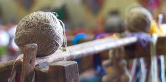 毛线球反对摘要被弄脏的背景的 免版税图库摄影