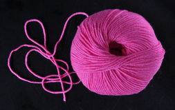 毛线球在桃红色颜色的 免版税库存图片