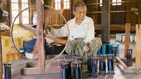 毛线的生产编织机的 传统古老方式 库存图片