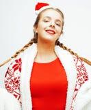 毛线衣和冬天毯子的在家微笑年轻人相当的真正的女人在她的面孔,生活方式人概念关闭 免版税库存图片