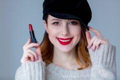 毛线衣和帽子的妇女有唇膏的 免版税图库摄影