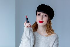 毛线衣和帽子的妇女有唇膏的 免版税库存照片