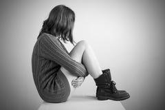 毛线衣的哀伤的女孩 库存照片
