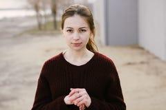毛线衣的女孩 免版税库存照片