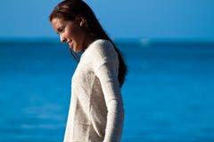 毛线衣的西班牙十几岁的女孩在水附近 免版税图库摄影