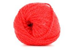 毛线,在白色背景隔绝的红色丝球卷  免版税库存图片