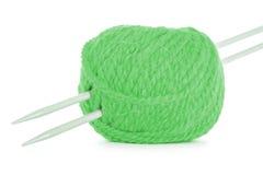 毛线,在白色背景隔绝的绿色麻线卷  免版税库存图片