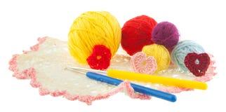 毛线黄色,红色,蓝色,灰色球,钩编编织物红色,桃红色心脏o 免版税库存照片