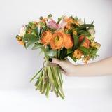 毛茛、银莲花属和假叶树属婚礼花束  免版税库存图片