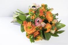 毛茛、银莲花属和假叶树属婚礼花束  免版税库存照片