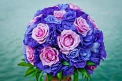 毛茛和玫瑰花束在紫色颜色 库存照片
