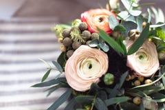 毛茛花束在织品的 库存照片