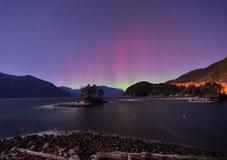 毛茸的小河和极光在午夜 免版税图库摄影