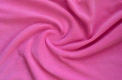 毛茸的桃红色羊毛织品毯子  浅粉红色的软的长毛绒羊毛材料背景与很多安心折叠的 库存图片