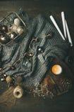 毛衣、蜡烛、被带领的诗歌选和圣诞装饰玩具 库存照片