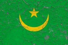 毛里塔尼亚的旗子在破裂的肮脏的墙壁上绘了 葡萄酒样式表面上的全国样式 向量例证